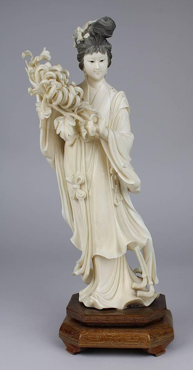 1-0014 - Chinesische Figur einer Dame mit großer Chrysanthemenblüte Image