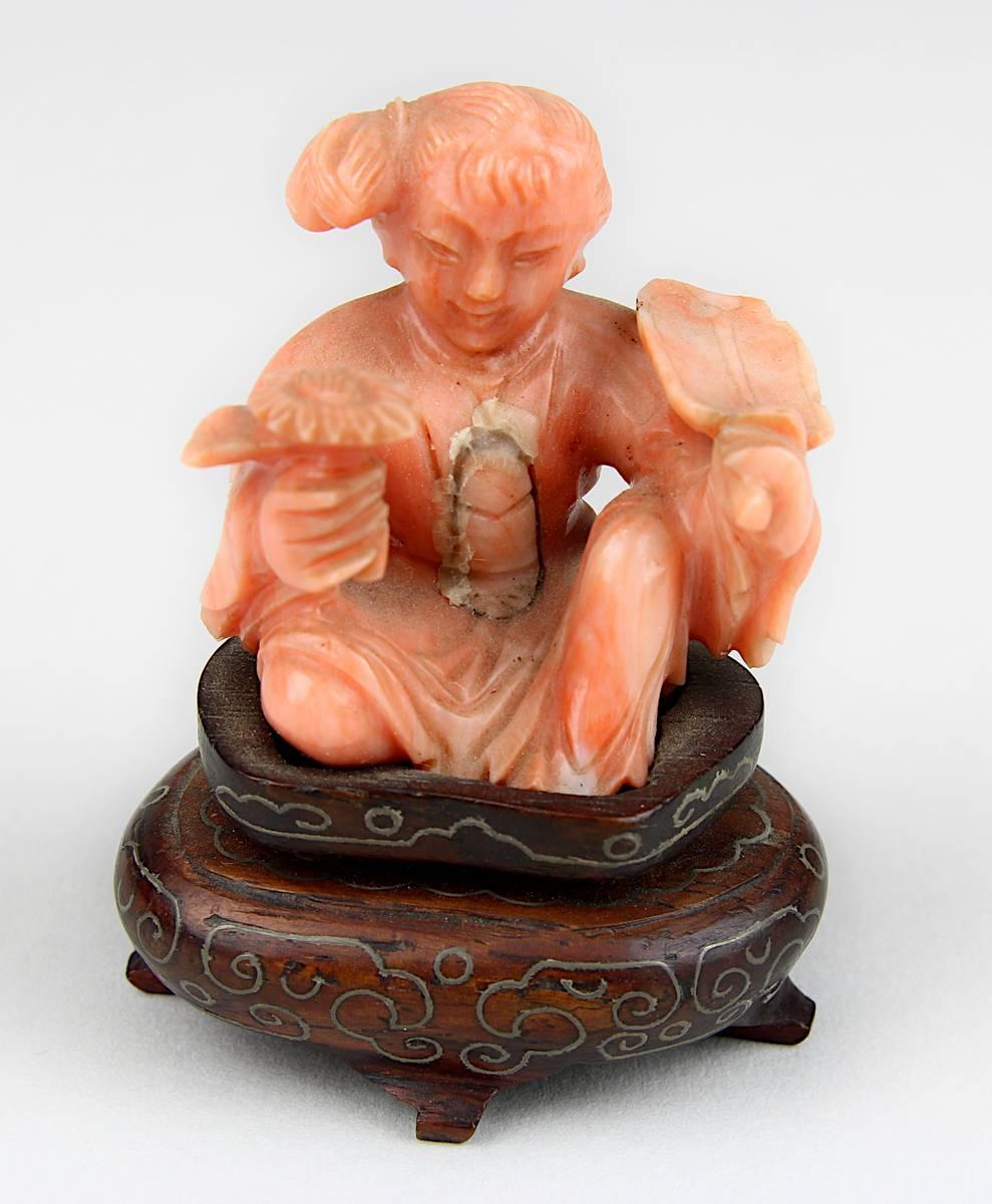 1-0035 - Miniatur-Figur eines sitzenden Mädchens mit Fächer und Blume aus lachsfarbener Koralle Image