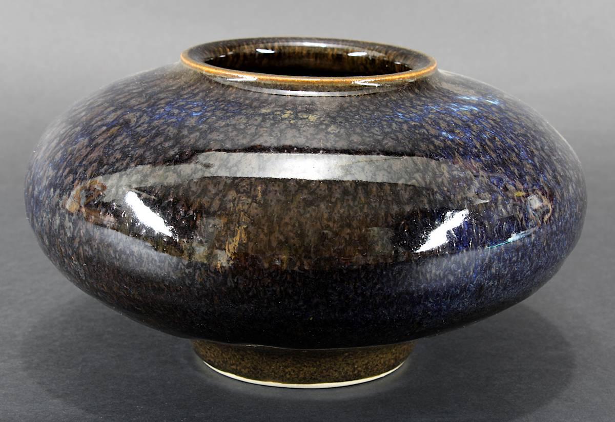 11-0034 - Hohlt, Görge (geb. München 1930), Studiokeramik Art Pottery - diskusförmige Vase aus grauem Steinzeug mit glänzender brauner Hasenfellglasur, 1974 Image