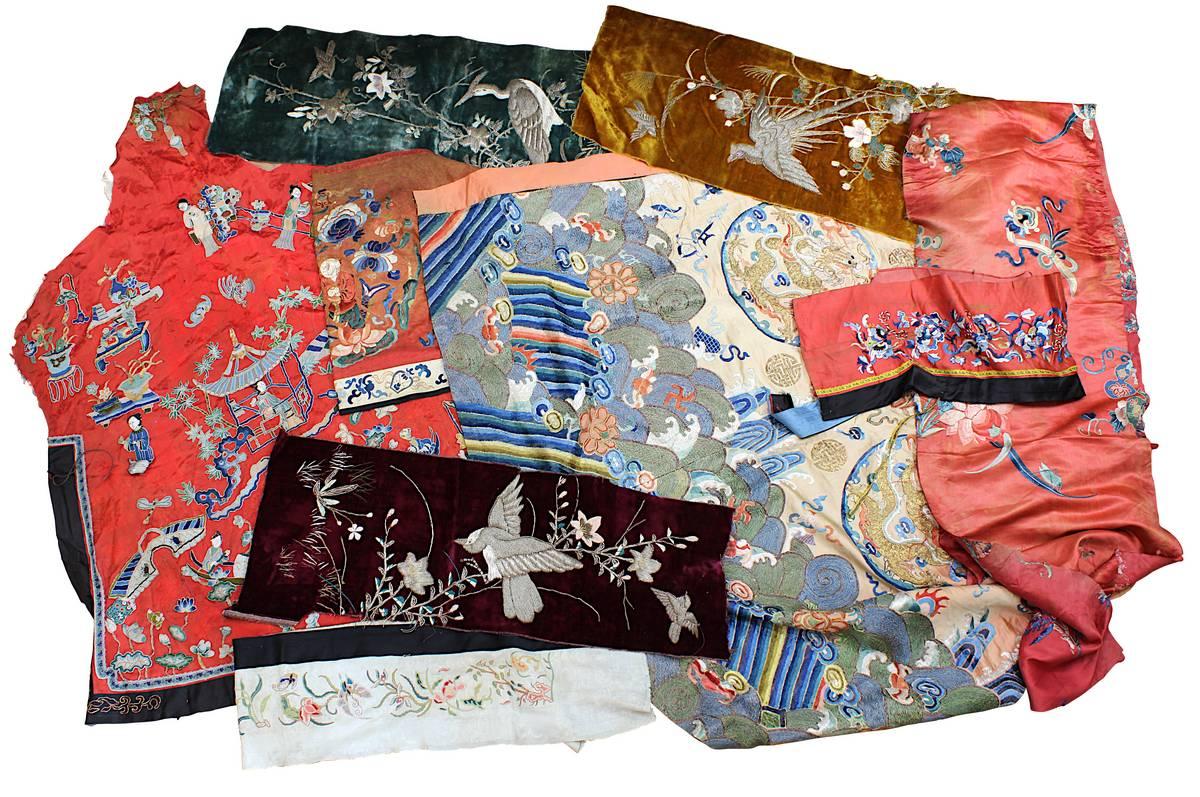2-0023 - 9 bestickte Textilfragmente, meist chinesische Seide, um 1900 Image