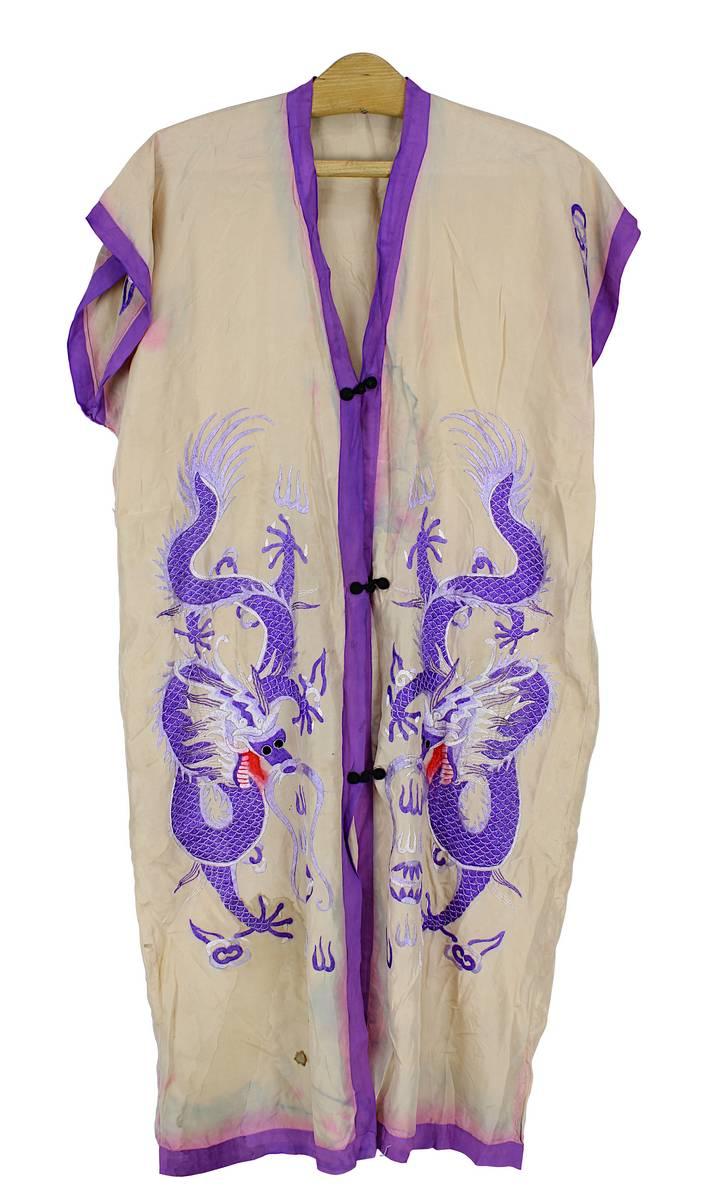 2-0024 - Seidenes Hauskleid bestickt mit Drachen, China um 1900 Image